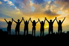 Οι φίλοι σκιαγραφούν να κρατήσουν χέρι-χέρι στοκ εικόνες