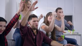 Οι φίλοι στηρίζονται στο σπίτι, οι ευτυχείς τύποι με τις φίλες απολαμβάνουν την τηλεόραση και συζητούν σθεναρά την ταινία κατά τη φιλμ μικρού μήκους