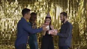 Οι φίλοι συγχαίρουν το κορίτσι στα γενέθλιά της Οι άνθρωποι δίνουν τα δώρα 4K απόθεμα βίντεο