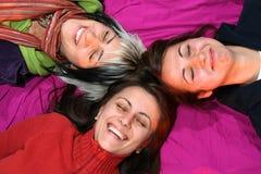 οι φίλοι χαμογελούν τις  Στοκ Εικόνες