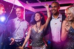 Οι φίλοι χορεύουν στη λέσχη disco Στοκ Εικόνες