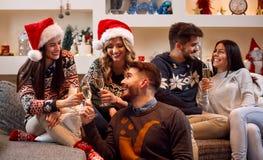 Οι φίλοι ψήνουν με τη σαμπάνια και τα Χριστούγεννα εορτασμού στοκ φωτογραφία με δικαίωμα ελεύθερης χρήσης