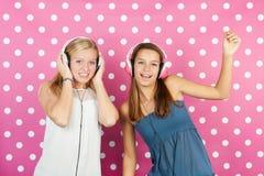 Οι φίλες αγαπούν τη μουσική disco Στοκ φωτογραφίες με δικαίωμα ελεύθερης χρήσης