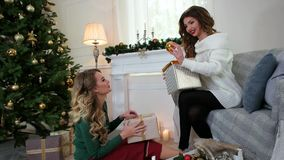 Οι φίλες προετοιμάζονται για τις νέες διακοπές έτους, η συσκευασία παρουσιάζει, μια έκπληξη Χριστουγέννων, γέλιο γυναικών, έχει τ φιλμ μικρού μήκους