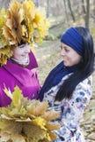 Οι φίλες το φθινόπωρο σταθμεύουν Στοκ φωτογραφίες με δικαίωμα ελεύθερης χρήσης