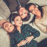 Οι φίλοι ακούνε μουσική Στοκ φωτογραφία με δικαίωμα ελεύθερης χρήσης