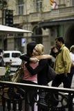 Οι φίλοι βρίσκονται στη βόλτα, Βαρκελώνη στοκ εικόνες