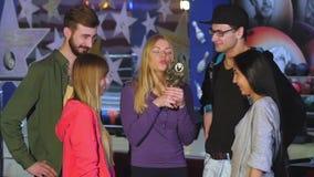 Οι φίλοι γιορτάζουν τη φίλη νίκης παιχνίδι απόθεμα βίντεο