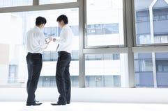 Οι φίλοι συζητούν δύο άτομα κατά τη διάρκεια ενός σπασίματος εργασίας Στοκ Φωτογραφία