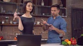 Οι φίλοι τρώνε τα ασιατικά νουντλς με τα λαχανικά στο σπίτι απόθεμα βίντεο