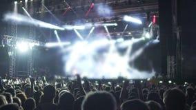 Οι φακοί που στη φωτισμένη σκηνή, προσοχή ακροατηρίων παρουσιάζουν, απολαμβάνοντας τη μουσική φιλμ μικρού μήκους