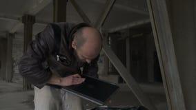 Οι φαλακροί άστεγοι βρίσκουν το lap-top στην τσάντα απορριμάτων απόθεμα βίντεο