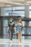 Οι φανταχτερές γυναίκες μπαίνουν στη λεωφόρο αγορών Livat, Πεκίνο, Κίνα Στοκ φωτογραφία με δικαίωμα ελεύθερης χρήσης