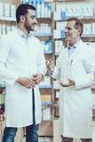 Οι φαρμακοποιοί μιλούν με μεταξύ τους στοκ εικόνα με δικαίωμα ελεύθερης χρήσης