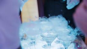 Οι φιλοξενούμενοι παίρνουν τα ποτήρια της σαμπάνιας στην τελετή απόθεμα βίντεο