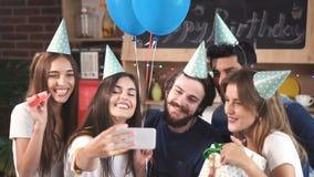 Οι φιλοξενούμενοι παίρνουν τη φωτογραφία στο κόμμα απόθεμα βίντεο