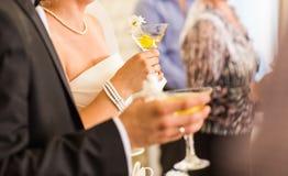 Οι φιλοξενούμενοι πίνουν τη σαμπάνια στη γαμήλια τελετή στοκ φωτογραφίες με δικαίωμα ελεύθερης χρήσης