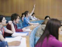 Οι φοιτητές πανεπιστημίου μιλούν το δωμάτιο στοκ φωτογραφία με δικαίωμα ελεύθερης χρήσης