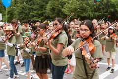 Οι φορείς βιολιών νεολαίας εκτελούν περπατώντας στην παλαιά παρέλαση στρατιωτών Στοκ φωτογραφία με δικαίωμα ελεύθερης χρήσης