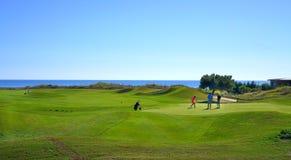 Οι φορείς γκολφ απολαμβάνουν το γήπεδο του γκολφ συνδέσεων Likya στην ηλ στοκ εικόνες με δικαίωμα ελεύθερης χρήσης