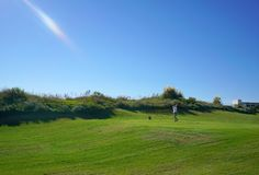 Οι φορείς γκολφ απολαμβάνουν το γήπεδο του γκολφ συνδέσεων Likya στην ηλ στοκ εικόνες