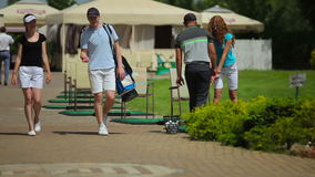 Οι φορείς γκολφ μιλούν κοντά στον τομέα γκολφ απόθεμα βίντεο