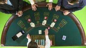 Οι φορείς παίζουν το πόκερ στη χαρτοπαικτική λέσχη στον πράσινο πίνακα πράσινη οθόνη Τοπ όψη απόθεμα βίντεο