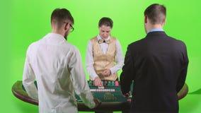 Οι φορείς παίζουν το πόκερ στη χαρτοπαικτική λέσχη στον πράσινο πίνακα πράσινη οθόνη κίνηση αργή φιλμ μικρού μήκους
