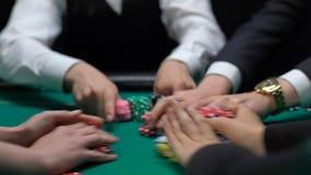 Οι φορείς πόκερ που στοιχηματίζουν, βάζοντας τα τσιπ χαρτοπαικτικών λεσχών παρουσιάζουν, αύξηση, παίζοντας τον εθισμό φιλμ μικρού μήκους