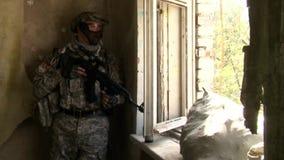 Οι φορείς του airsoft είναι στο σπίτι απόθεμα βίντεο