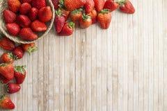 Οι φράουλες αντιγράφουν το διάστημα με ένα μικρό καλάθι των φραουλών στην ανώτερη αριστερή γωνία που περιβάλλεται από τις φράουλε στοκ εικόνες με δικαίωμα ελεύθερης χρήσης