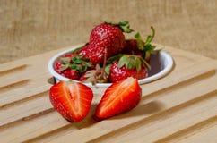 Οι φράουλες είναι κόκκινες, ώριμος, περικοπή στα μισά Στοκ Εικόνες