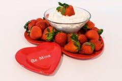 Οι φράουλες και το κτυπημένο επιδόρπιο κρέμας, είναι ορυχείο στοκ εικόνα