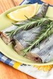 Οι φρέσκοι μπακαλιάροι αλιεύουν τις φέτες με το δεντρολίβανο και το λεμόνι στο πράσινο πιάτο Στοκ φωτογραφία με δικαίωμα ελεύθερης χρήσης