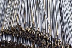 Οι φραγμοί ενίσχυσης με ένα περιοδικό σχεδιάγραμμα στα πακέτα αποθηκεύονται στην αποθήκη εμπορευμάτων προϊόντων μετάλλων στοκ εικόνα
