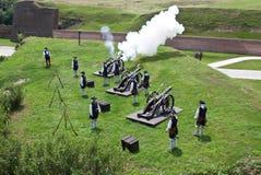 Οι φρουρές βάζουν φωτιά στο πυροβόλο στοκ εικόνα