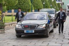 Οι φρουρές σώματος προστατεύουν το κρατικό αυτοκίνητο, το οποίο κινείται στο μεγάλο παλάτι στη Μπανγκόκ Στοκ Εικόνα