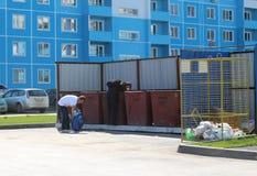 Οι φτωχοί άνθρωποι είναι άχρηστοι συλλέγουν τα περισσεύματα στα δοχεία απορριμάτων στη σιβηρική Ρωσία στοκ εικόνες