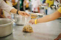 Οι φτωχοί έχουν μοιραστεί τα τρόφιμα από την καλύτερη κοινωνία για να ανακουφίσουν την πείνα: Η έννοια της σίτισης στοκ εικόνα με δικαίωμα ελεύθερης χρήσης