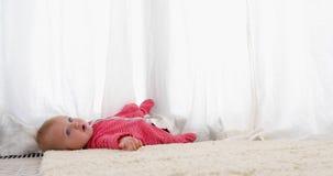 Οι φτωχοί λίγο μωρό μικρών παιδιών έπεσαν κάτω από απόθεμα βίντεο