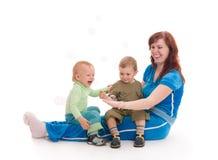 οι φυσαλίδες που χρωματίζονται απολαμβάνουν τους γιους σαπουνιών μητέρων Στοκ φωτογραφία με δικαίωμα ελεύθερης χρήσης