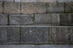 Οι φυσικές πέτρες είναι διπλωμένες στον τοίχο Υπόβαθρο Στοκ Εικόνες