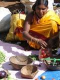 Οι φυλετικές γυναίκες πωλούν τα φρέσκα λαχανικά Στοκ Φωτογραφία