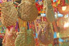 Οι φωτεινές εθνικές ινδικές χρωματισμένες τσάντες πωλούνται στην αγορά των bazaars στην Ινδία, Goa Δώρα Ινδία αναμνηστικών Κεντητ στοκ φωτογραφία