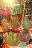 Οι φωτεινές εθνικές ινδικές χρωματισμένες τσάντες πωλούνται στην αγορά των bazaars στην Ινδία, Goa Δώρα Ινδία αναμνηστικών Κεντητ στοκ φωτογραφία με δικαίωμα ελεύθερης χρήσης