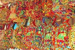Οι φωτεινές εθνικές ινδικές χρωματισμένες τσάντες πωλούνται στην αγορά των bazaars στην Ινδία, Goa Δώρα Ινδία αναμνηστικών στοκ εικόνα με δικαίωμα ελεύθερης χρήσης