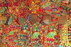 Οι φωτεινές εθνικές ινδικές χρωματισμένες τσάντες πωλούνται στην αγορά των bazaars στην Ινδία, Goa Δώρα Ινδία αναμνηστικών στοκ φωτογραφία με δικαίωμα ελεύθερης χρήσης