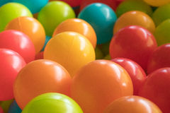 Οι φωτεινές και ζωηρόχρωμες πλαστικές σφαίρες παιχνιδιών, κοίλωμα σφαιρών, κλείνουν επάνω στοκ εικόνες με δικαίωμα ελεύθερης χρήσης