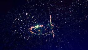 Οι φωτεινές λάμψεις των πυροτεχνημάτων φωτίζουν το σκοτεινό ουρανό έννοια καλή χρονιά απόθεμα βίντεο