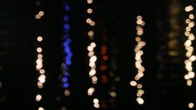 Οι φωτεινοί σηματοδότες απεικόνισαν στο νερό του ποταμού Defocusing του φακού, bokeh 4k, UHD, UltraHD απόθεμα βίντεο